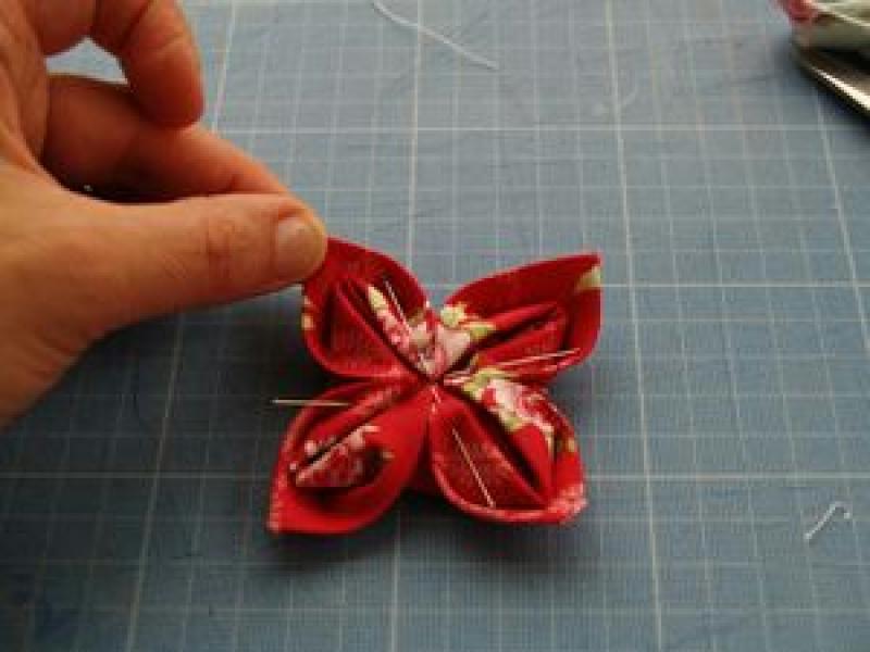 fabriquer une fleur en tissu tuto simple id es et conseils couture. Black Bedroom Furniture Sets. Home Design Ideas