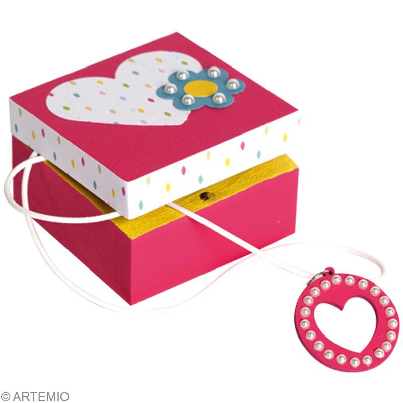 bricolage de f te des m res petite boite cadeau et collier coeur id es et conseils f te des. Black Bedroom Furniture Sets. Home Design Ideas