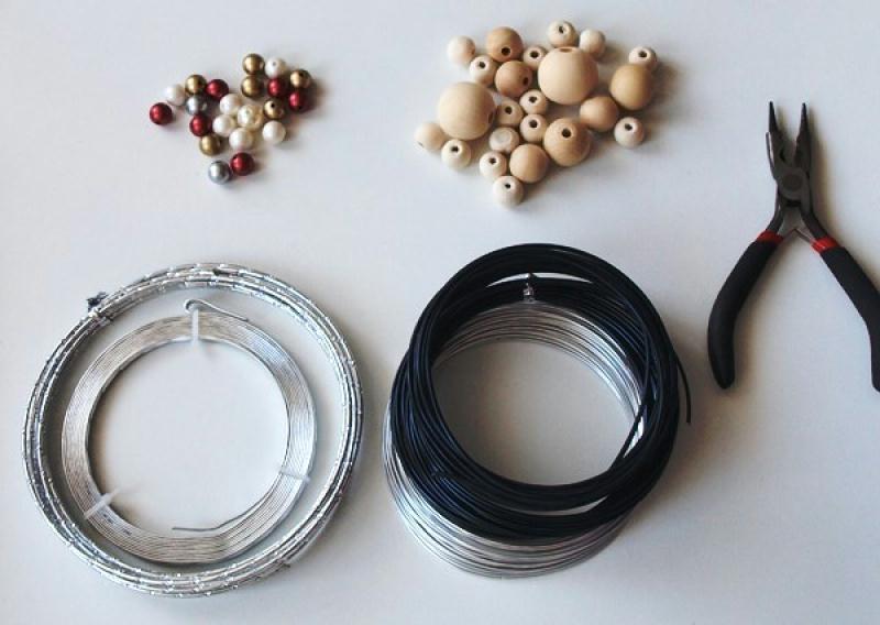 diy no l couronne de porte en fil alu et perles id es et conseils couronne guirlande et. Black Bedroom Furniture Sets. Home Design Ideas