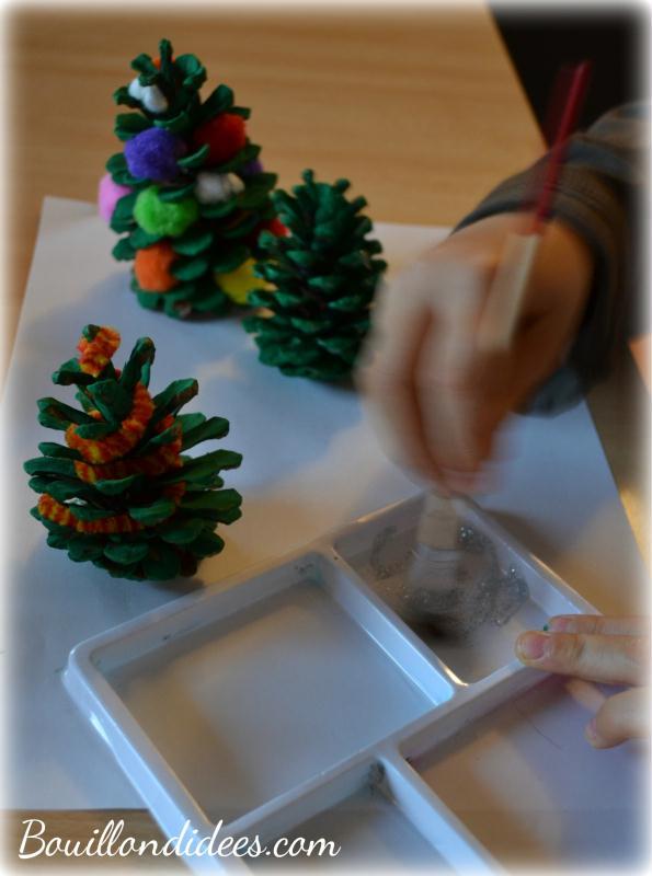 Bricolage enfant Noël : Décorer des pommes de pin - Idées et ...
