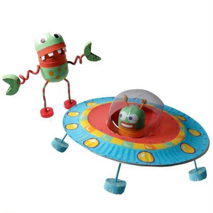 Extraterrestre et soucoupe volante décorés au marqueur Uni Posca
