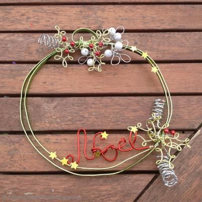 Bricolage de no l couronne de porte en fil alu id es for Couronne de porte pour noel
