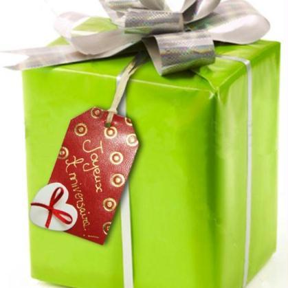 etiquette cadeau en cuir pyrodor e pour les paquets cadeaux id es et conseils no l. Black Bedroom Furniture Sets. Home Design Ideas
