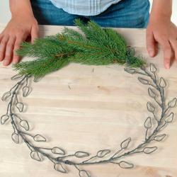 1. Pose des branches de sapin sur la couronne de Noel