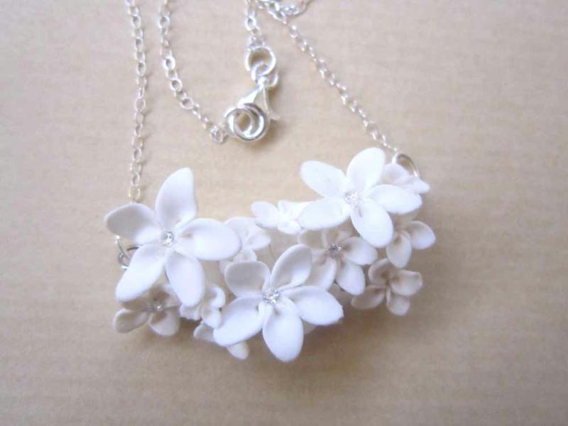 collier en pate fimo avec fleurs blanches like a virgin cr ations bijoux en fimo de a fleur de. Black Bedroom Furniture Sets. Home Design Ideas