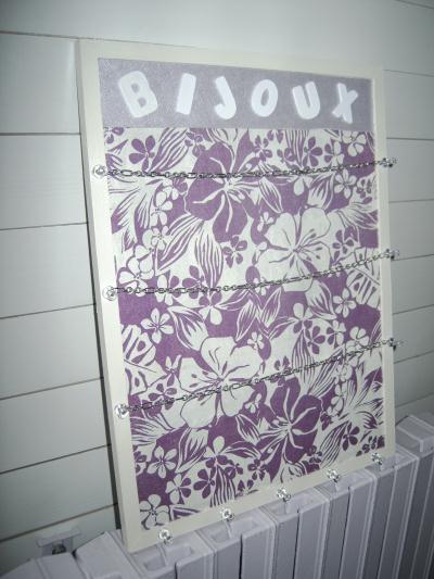 cadre porte bijoux fleuri violet et blanc cr ation home d co et miroir de maco n 31 105 vue. Black Bedroom Furniture Sets. Home Design Ideas