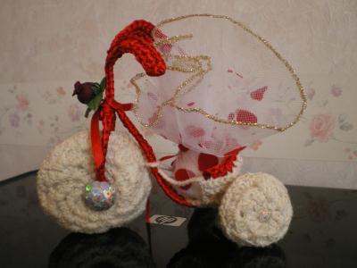 velo porte drag es rouge et blanc en crochet cr ation. Black Bedroom Furniture Sets. Home Design Ideas