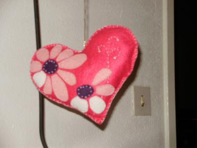 coeur en feutrine rose au d cor floral cr ation feutrine. Black Bedroom Furniture Sets. Home Design Ideas
