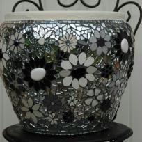 Pot mosaïque fleuri, déclinaison en noir et blanc