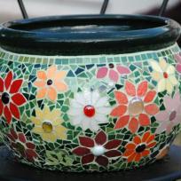 Pot en mosaïque fleuri vert et orangé