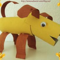 chien réalisé avec des rouleaux de papier wc