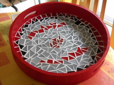 plateau rouge gris et noir avec carreaux en pate de verre cr ation mosa que de granville n. Black Bedroom Furniture Sets. Home Design Ideas