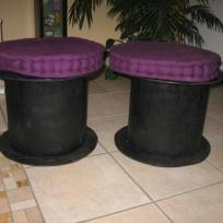 Poufs violets et  tourets noirs