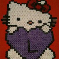 Hello Kitty et son coeur violet