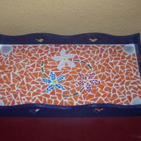 Plateau fleuri orange et bleu en mosaïque