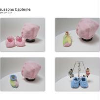 BONNETS et chaussons roses et bleus