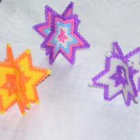 étoiles en 3D violettes et jaune