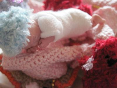 Bébé miniature qui dort