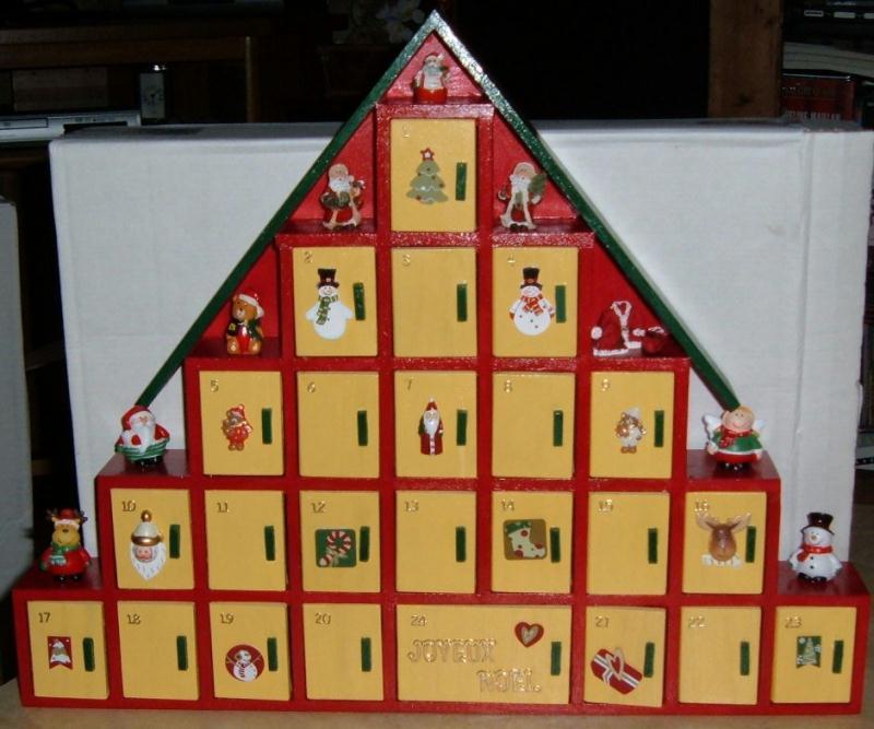 un autre calendrier de l 39 avent en bois en forme de sapin. Black Bedroom Furniture Sets. Home Design Ideas