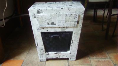 table de nuit en carton recouverte de papier journal cr ation meuble en carton de bianca n. Black Bedroom Furniture Sets. Home Design Ideas