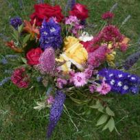Bouquet fou du jardin dans un vase transparent