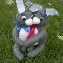 couple de lapins en tricot.