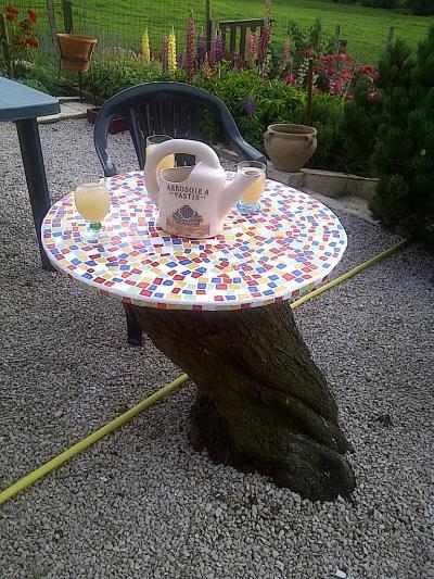 table en contreplaqu sur tronc d 39 arbre cr ation mosa que de mimi 69 n 42 129 vue 5 230 fois. Black Bedroom Furniture Sets. Home Design Ideas