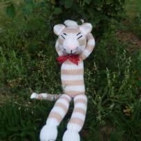 chat tigré en tricot pendant la sieste.