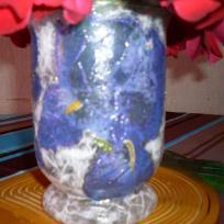 Vase à fleurs peint plus serviettage collé