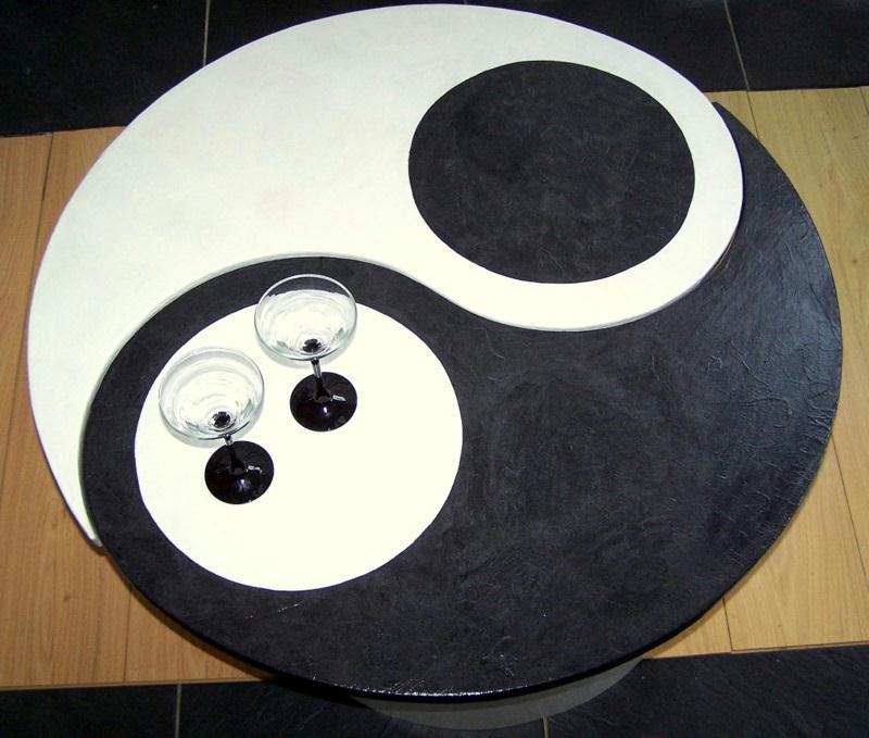 Table basse noire et blanche ying yang en carton for Meuble ying yang