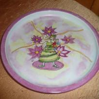 Petite fille aux fleurs dans mon assiette