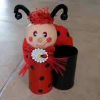 Pot à crayons rouge et noir en rouleaux de carton - Adèle la coccinelle .
