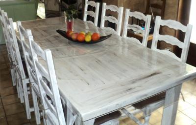 peinture sur table en bois et chaises cr ation peinture multi supports de esmeralda n 45 620. Black Bedroom Furniture Sets. Home Design Ideas