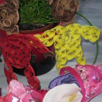 Décoration de fête :  nounours en quilling et bouquet de fleurs tissus