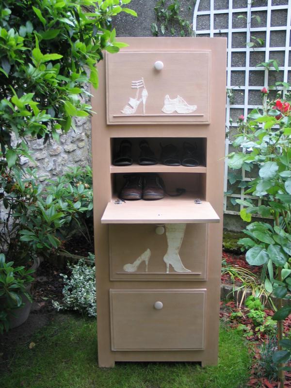 cr ation d 39 un meuble chaussures en carton avec pochoirs en relief cr ations meuble en carton. Black Bedroom Furniture Sets. Home Design Ideas
