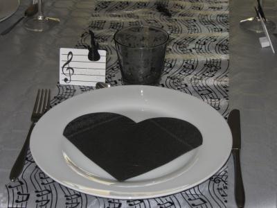 d coration de table pour anniversaire th me musique cr ation art de la table de granville n. Black Bedroom Furniture Sets. Home Design Ideas