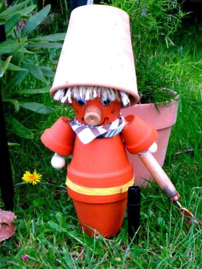 personnage en pot de terre cuite