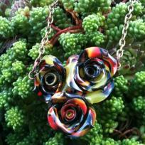 Création d'un collier 3 roses avec reste de cane papillon