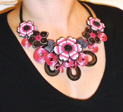 Collier fleurs roses blanches et noires en p te fimo - Tuto bijoux pate fimo et fil aluminium ...
