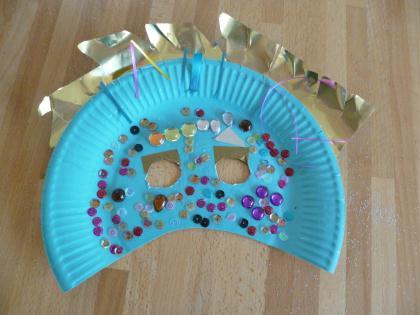 cr ation d 39 un masque assiette en carton avec des strass et sequins cr ation cr ations des. Black Bedroom Furniture Sets. Home Design Ideas