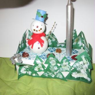 Création Bonhomme de neige dans une forêt de sapin avec bougie