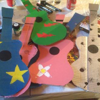 Création guitares en carton pour enfants