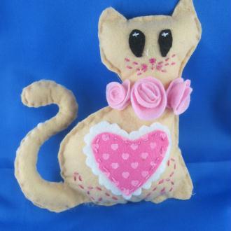 Création chat en feutrine rose à petits coeurs